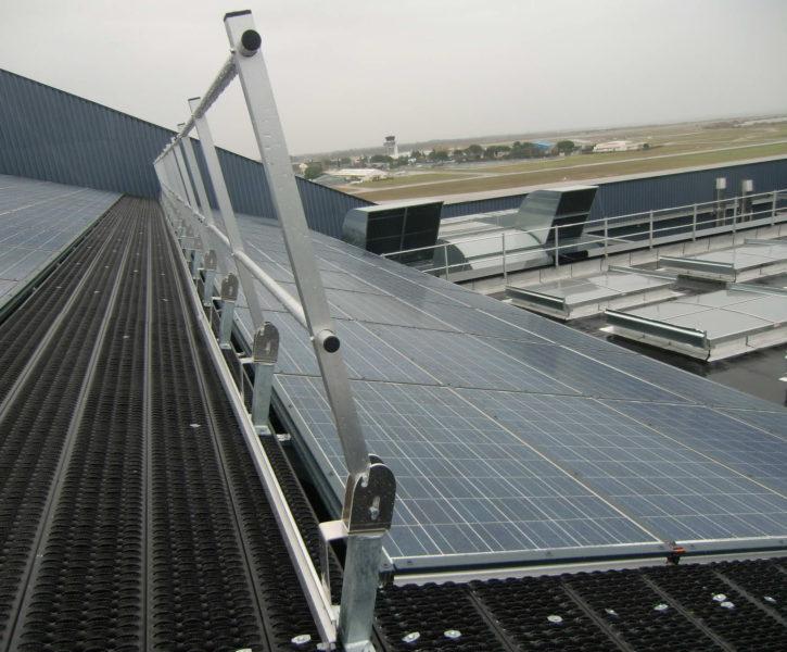 Barandilla abatible de aluminio sobre cubierta industrial