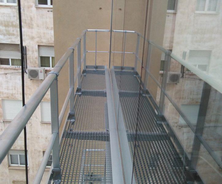 Barandilla de aluminio sobre pasarela de tramex (2)