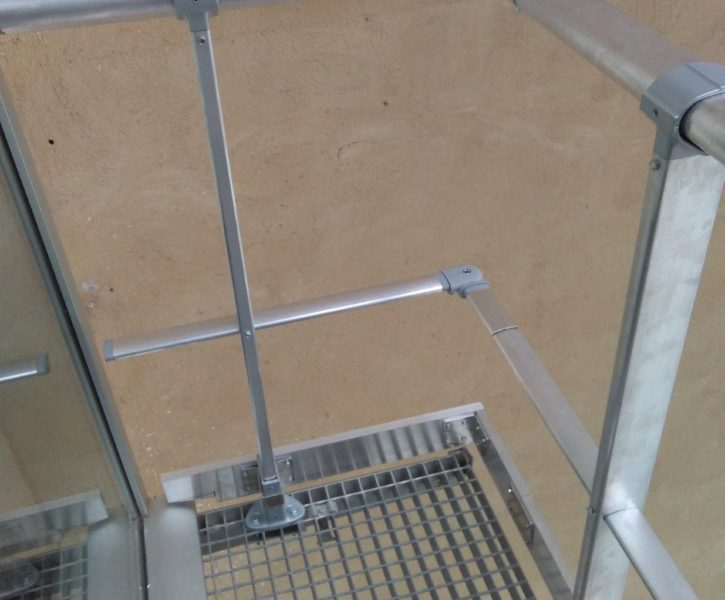 Barandilla de aluminio sobre pasarela de tramex