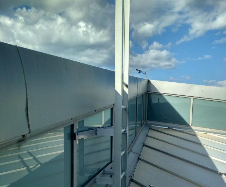 Escalera de acceso de aluminio en cubierta de nave