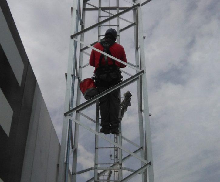 Escalera de aluminio con línea de vida homologada para acceso a torre de iluminación