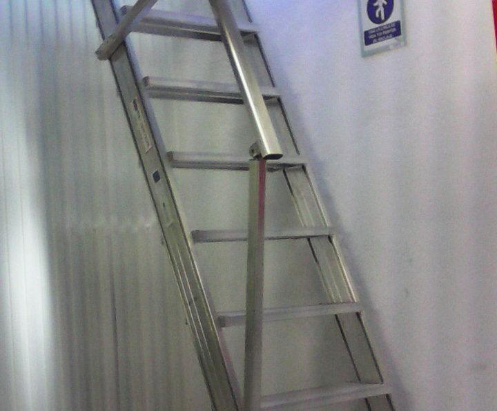 Escalera de aluminio con pasamanos