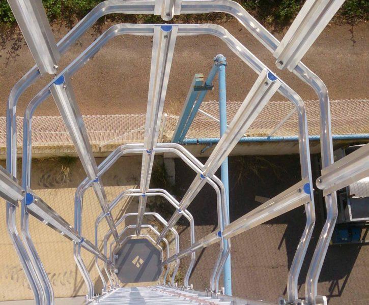 Escalera de aluminio tipo gato, con cancela de seguridad