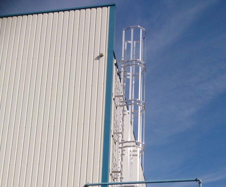 Escalera de gato para acceso a cubierta de nave industrial