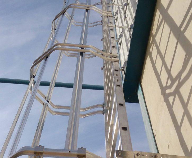 Escalera tipo gato de aluminio con cancela de seguridad