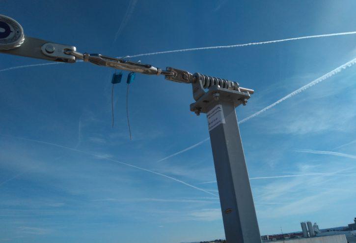 Línea de vida horizontal sobre postes