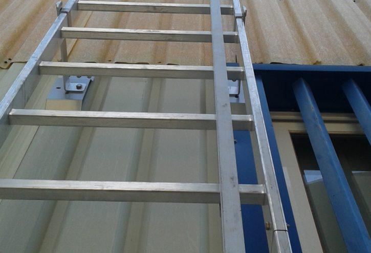 Línea de vida vertical de raíl sobre escalera UNE-EN 353-1