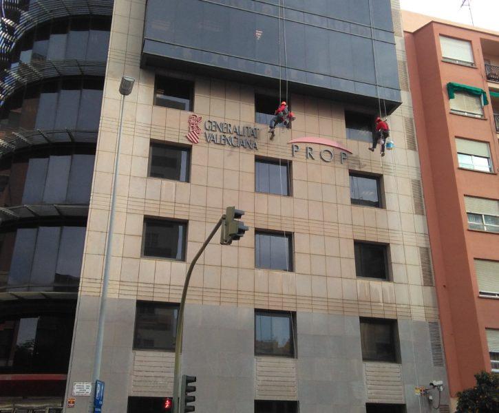 Limpieza de cristales en fachada en edificio PROP de Castellón