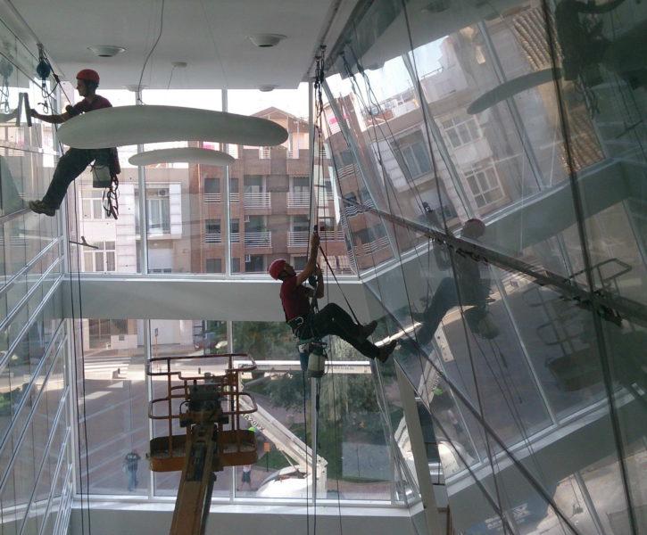 Limpieza de cristales en fachadas interiores