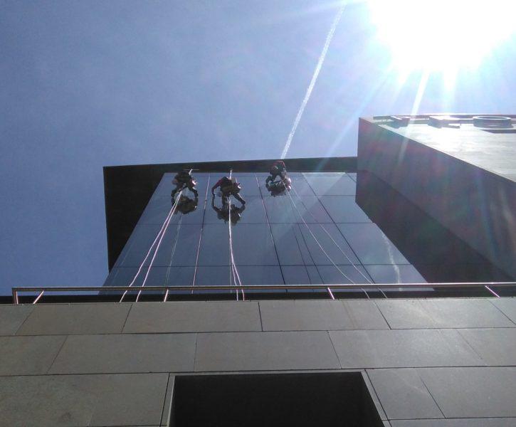 Limpieza de cristales en sede del PROP de Valencia