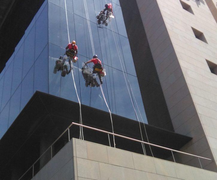 Limpieza de fachada en edificio PROP de Valencia
