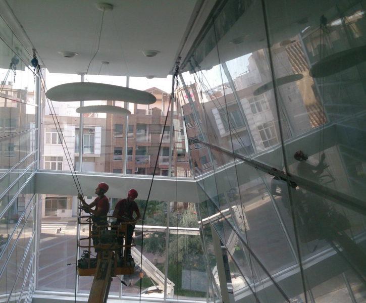 Limpieza de fachadas acristaladas interiores con plataforma elevadora
