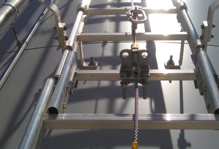 Linea de vida vertical de cable sobre escalera