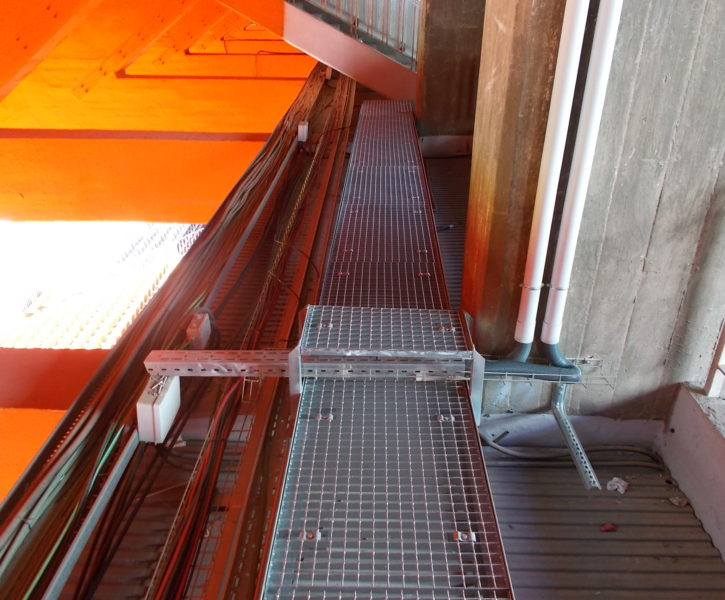Pasarela de trames sobre estructura de hormigón con vanos no pisables