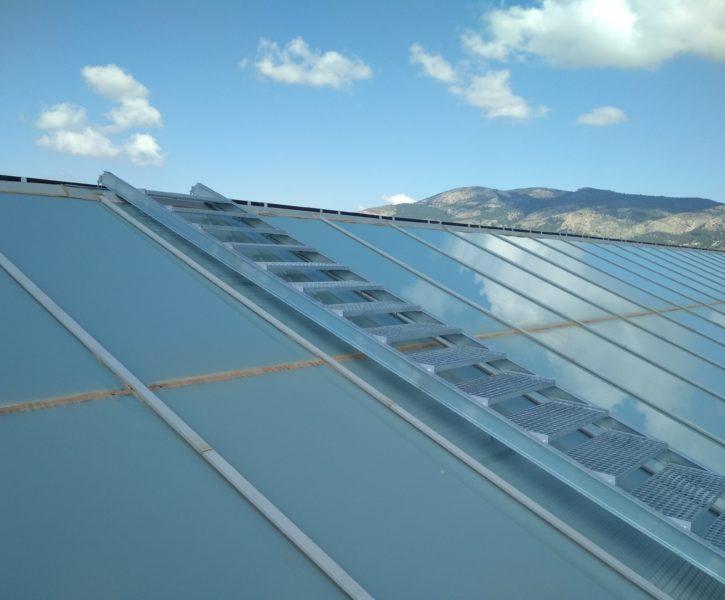 Pasarela de tramex sobre plano inclinado en claraboyas de cubierta industrial (2)