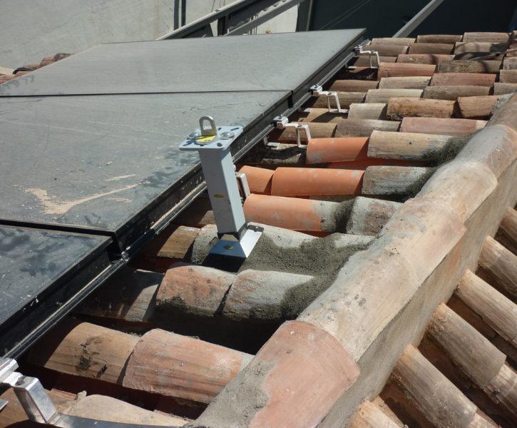 Poste con punto de anclaje sobre cubierta de teja a dos aguas
