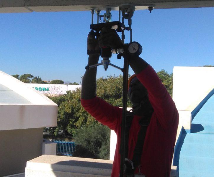 Prueba de carga de anclaje en techo con extractómetro