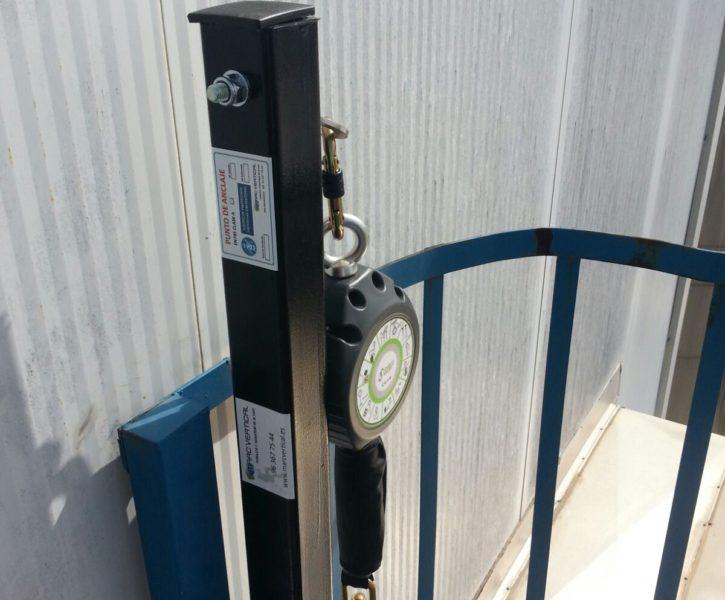 Punto de anclaje con anticaídas retráctil sobre poste para escalera de acceso vertical