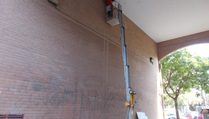Reparación de falso techo en pasaje peatonal