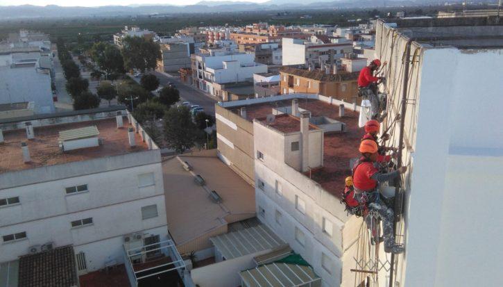 Restauración de fachada en edificio de viviendas