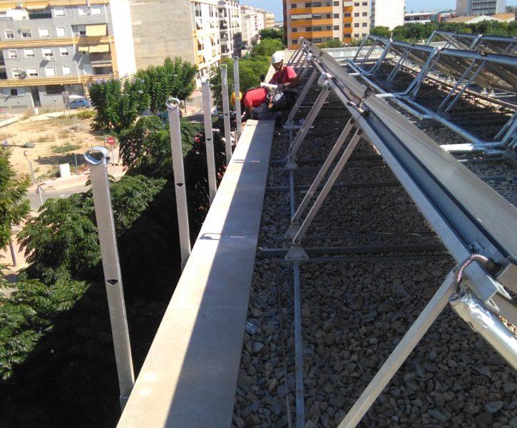 Trabajos de instalación de barandilla anclada a fachada de hormigón