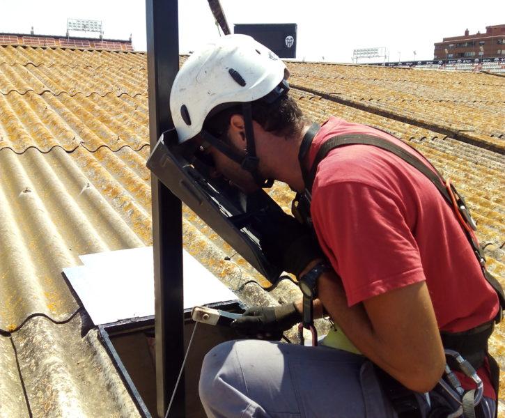 Trabajos sobre cubierta con punto de anclaje fijo sobre poste